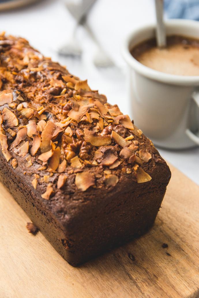 Une petite part de cake Dulcey, noix et pétales de coco pour un goûter délicieux et sans sucres raffinés