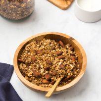 Un granola à la graine de sarrasin, purée de sésame et amandes torréfiées