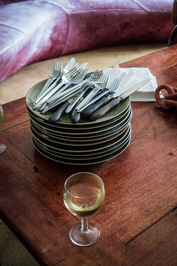 Un pile d'assiettes pour un repas en famille