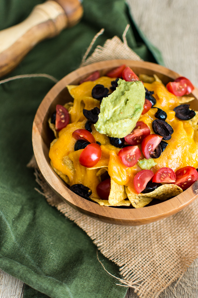 La recette facile de vos nachos au fromage maison, accompagné de son guacamole