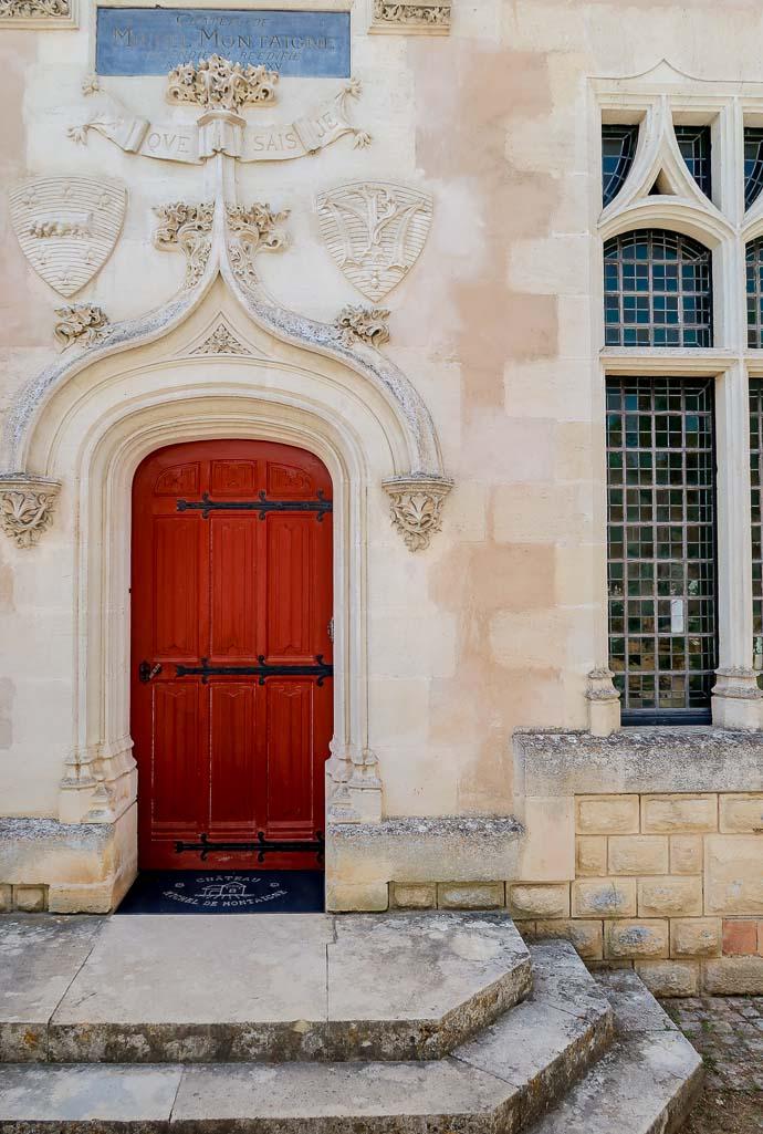 Porte rouge au Château de Montaigne - Montravel - Bergerac