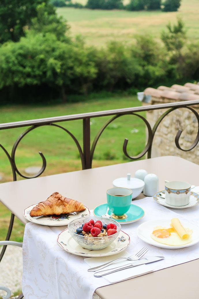 Petit-déjeuner avec vue sur les champs et les vignes de Bergerac