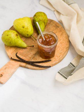 Confiture de poire & vanille sur planche en bois et fond marbre