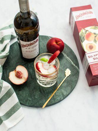 Cocktail à la liqueur de pêche et vin blanc