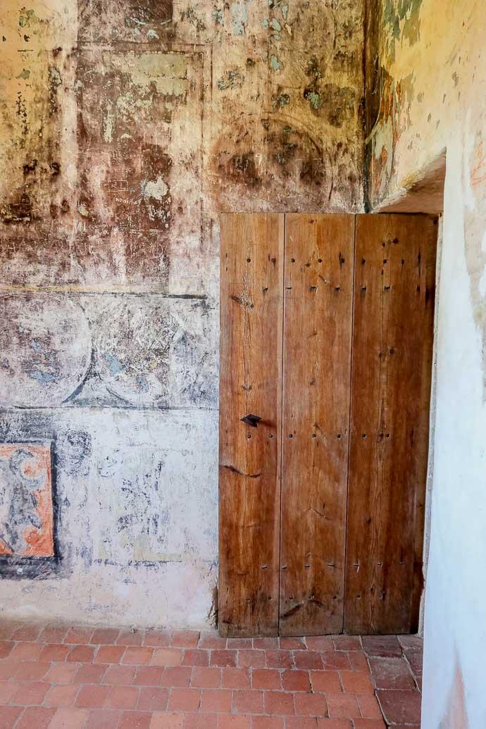 Porte d'époque en bois, à la Tour de Montaigne