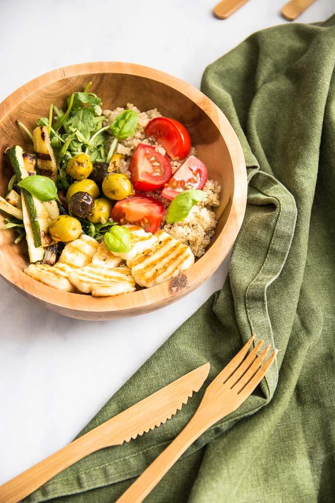 Salade méditerranéenne aux olives, quinoa et halloumi