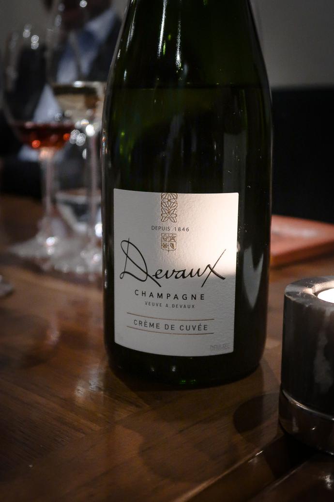 Crème de Cuvée par les Champagnes Devaux. Parfait avec un dessert, velouté et crémeux en bouche.