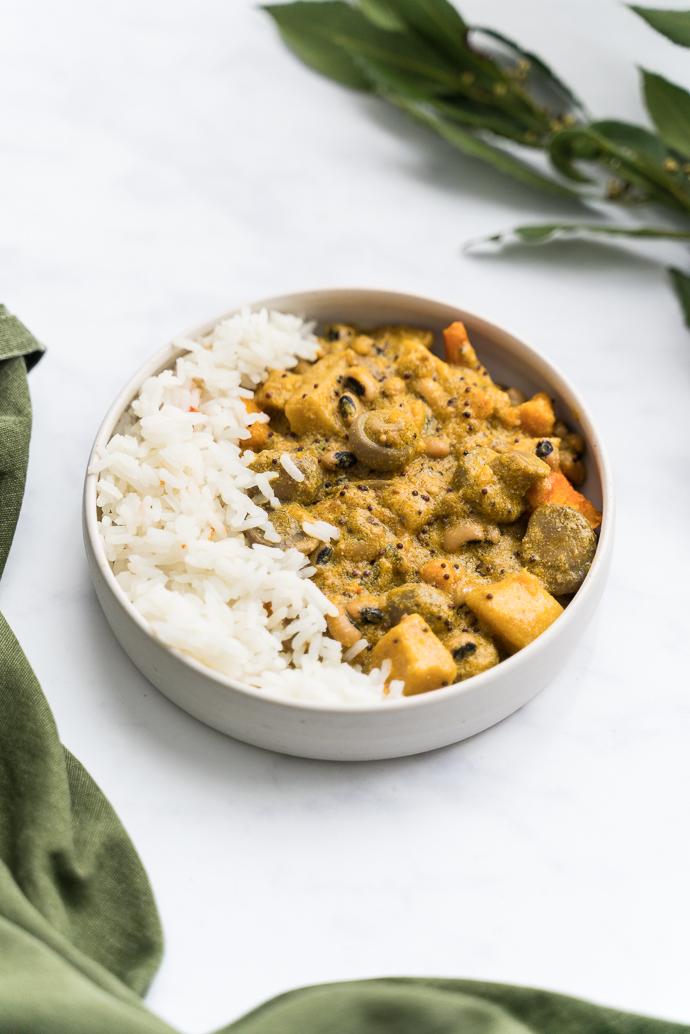 Curry de légumes d'hiver crémeux et aux haricots cornilles, niébé ou black eyes peas - recette végétarienne