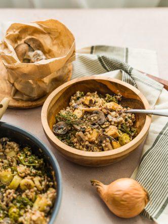 Sarrasin et poêlée de légumes d'hiver : hou kale, champignons, carottes jaunes