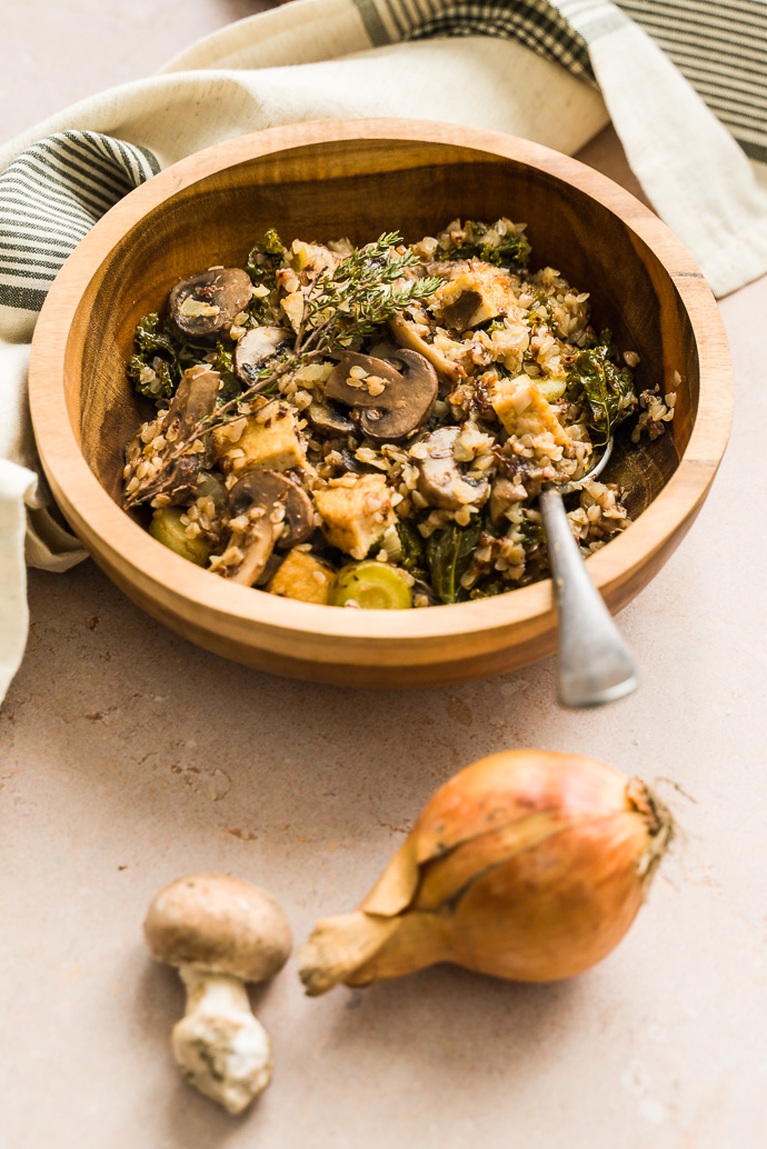 Poêlée campagnarde végétale : champignons, kale, tofu, sarrasin