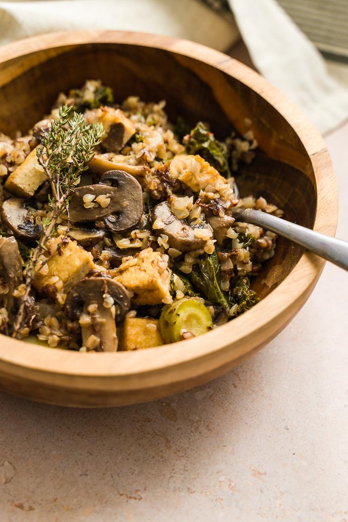 Sarrasin et poêlée de légumes d'hiver : hou kale, champignons, carottes jaunes, miso