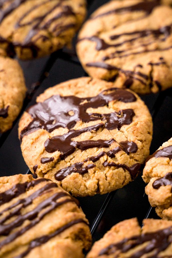 Recette des biscuits au beurre de cacahuètes, nappés de chocolat noir - facile à faire