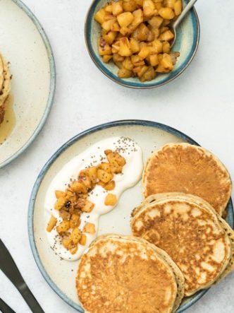 Pancakes vegan aux graines de chia et compotée d'ananas