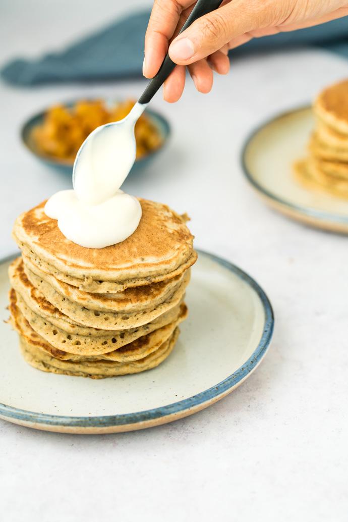 Ajoutez du yaourt sur vos pancakes, puis terminer par des fruits et du sirop d'érable pour plus de gourmandise.