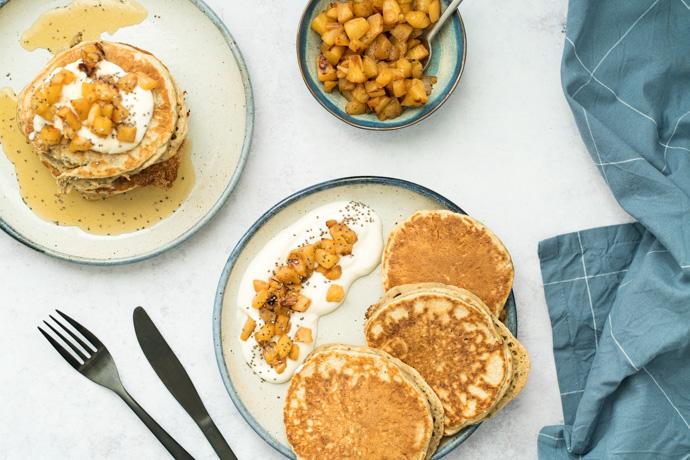 Brunch végétalien - pancakes graines de chia, yaourt végétal et compotée d'ananas