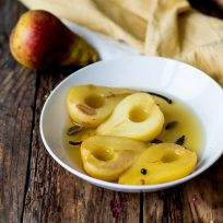 Recette de poires pochées au safran et son sirop d'épices - sans lactose, sans gluten et végétarien