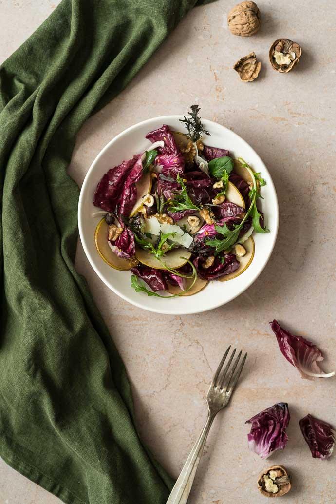 Salade d'hiver au radicchio de Trévise, poires, noix et parmesan