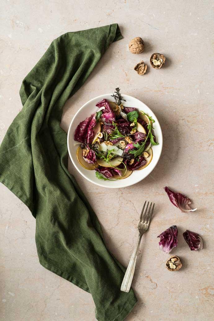 Recette végétarienne - Salade d'hiver au radicchio de Trévise, poires, noix et parmesan