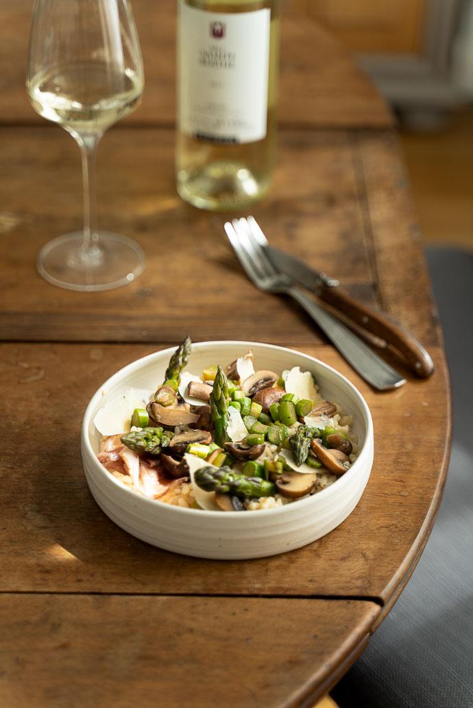 Accompagne votre risotto printanier d'un délicieux verre de vin blanc sec