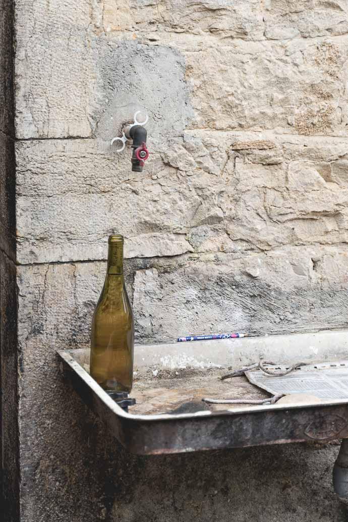 Domaine Thill, vins du Jura, bouteille dans évier d'extérieur