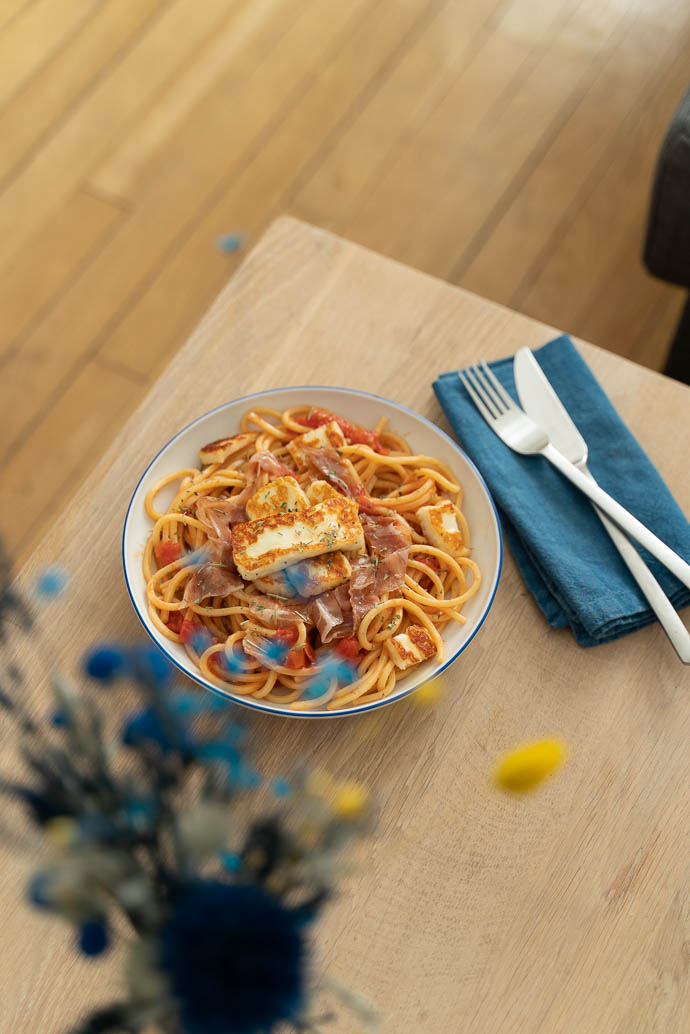 Déjeuner rapide et délicieux, découvrez ma recette de Pâtes sauce basilic, halloumi et coppa