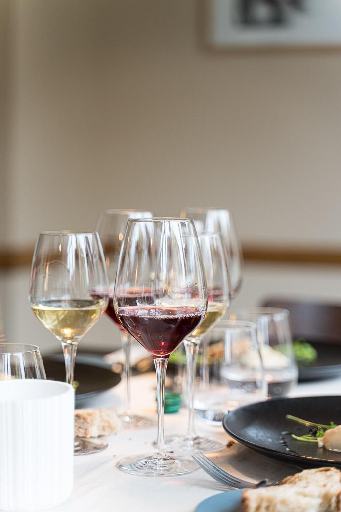 Dégustation des vins du Domaine Fumey-Chatelain au restaurant le Bistronome, à Arbois.