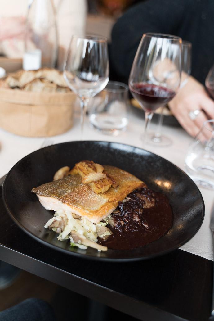Restaurant le Bistronome à Arbois, Jura - Pavé de truite rose et sa sauce au vin rouge, effeuillé de pomme de terre et sauté de chou chinois, pleurote
