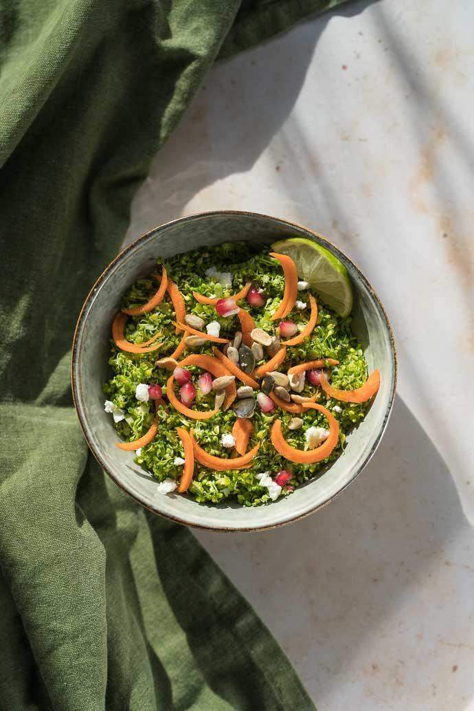 Comment faire un taboulé sans gluten ? Découvrez le taboulé de brocoli, grenade, feta et carotte - recette végétarienne