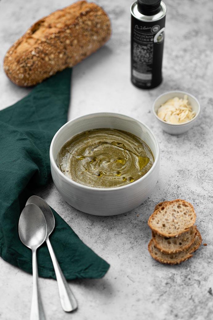 Recette Soupe épinards, amandes et miso blanc, arrosé d'un filet d'huile d'olive Corse