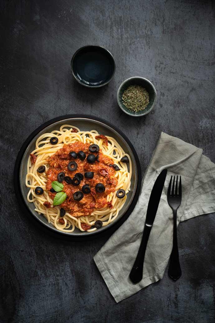 Recette de pâtes au thon, sauce tomate maison, olives et tomates séchées - recette été