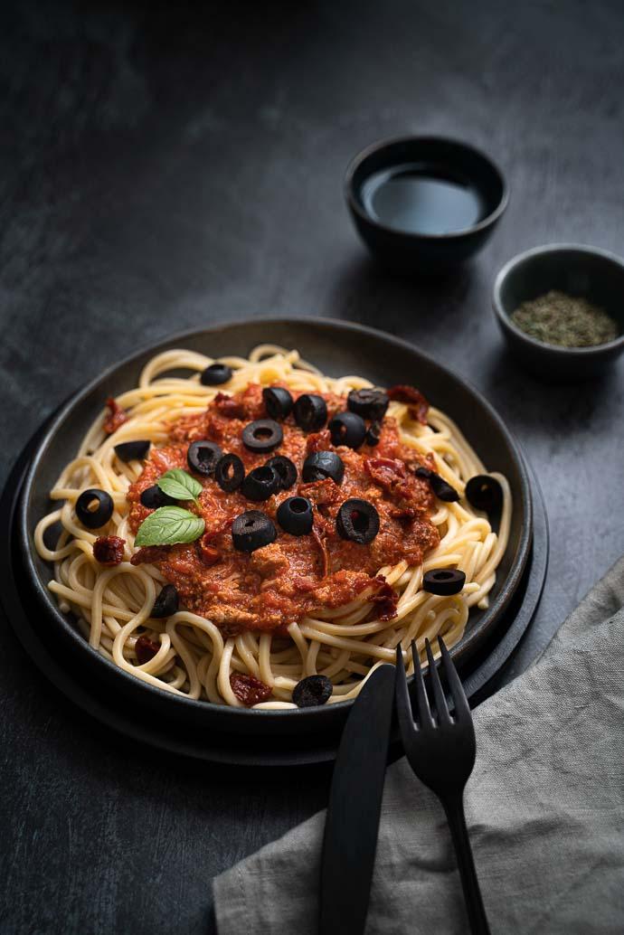 Recette de pâtes au thon, sauce tomate maison, olives et tomates séchées - recette sans lactose