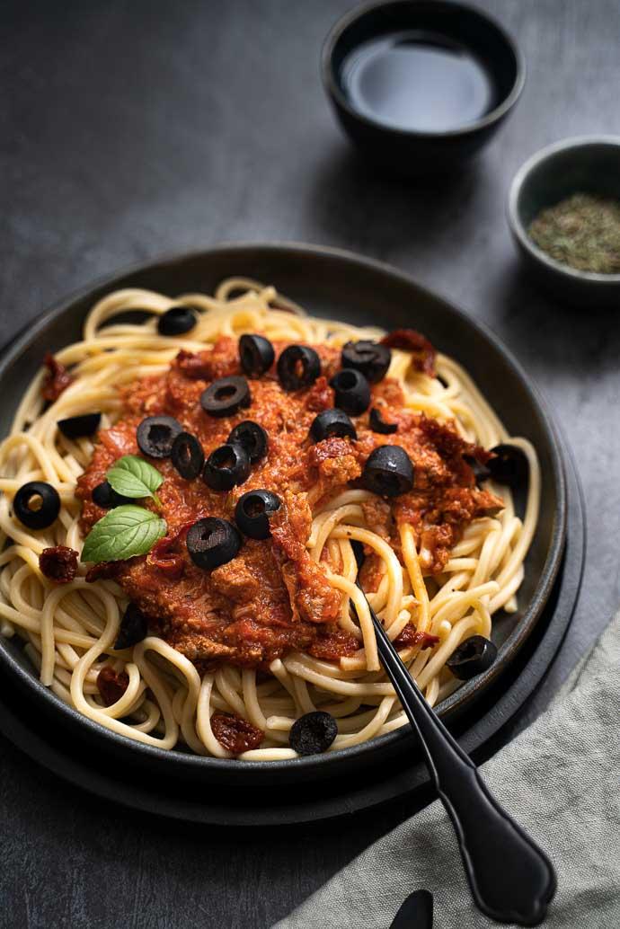 Recette de pâtes au thon, sauce tomate maison, olives et tomates séchées - recette de batch cooking