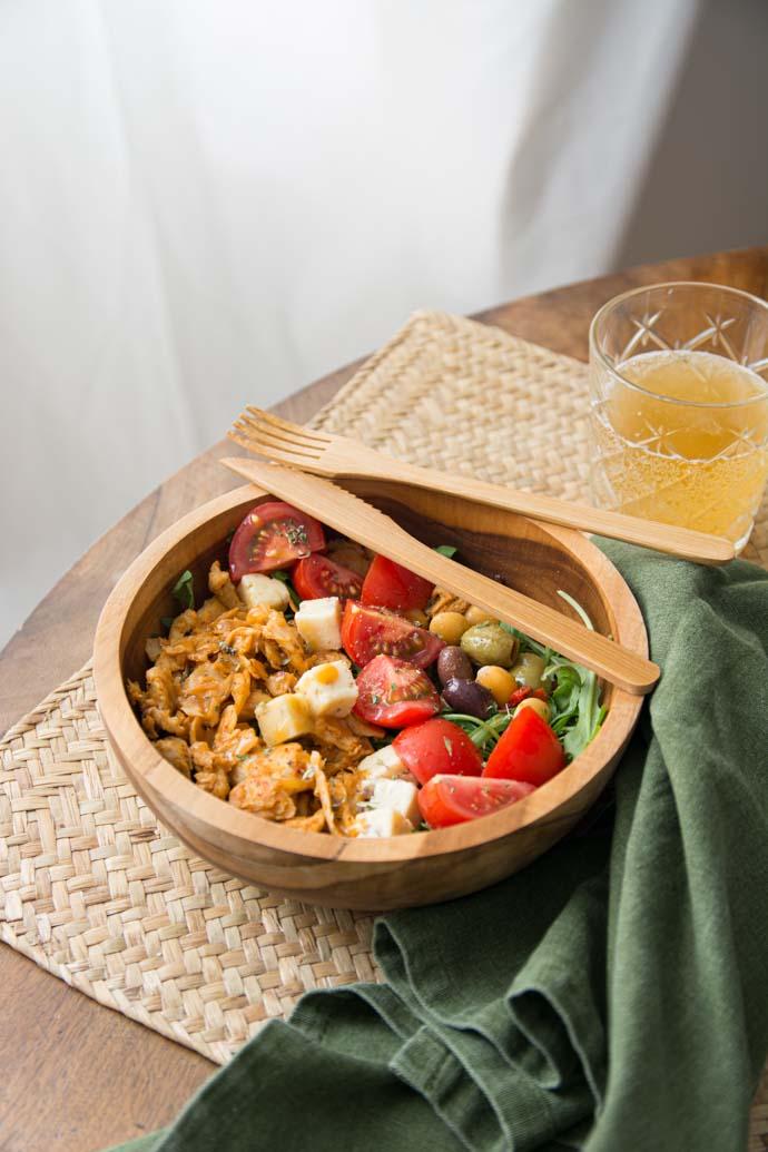 Salade méditerranéenne au quinoa, aiguillettes veganes et olives - recette sans viande