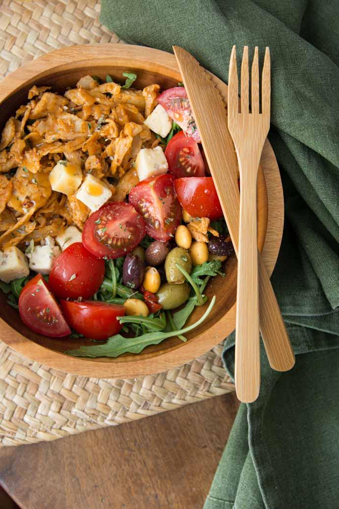 Salade méditerranéenne au quinoa, aiguillettes veganes et olives - recette végétarienne