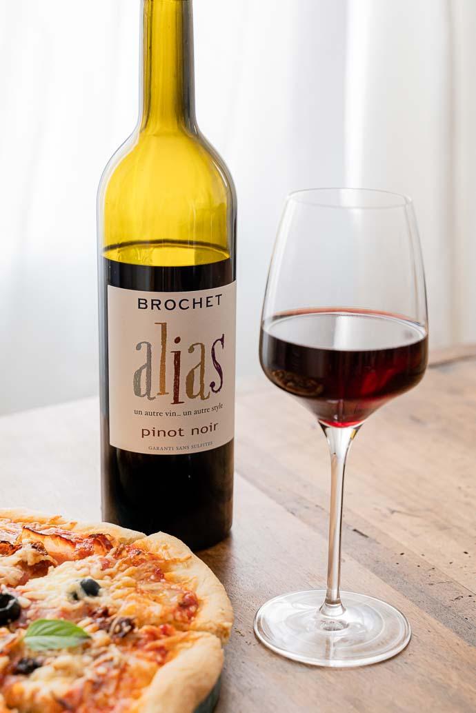 Que boire avec sa pizza à base de tomates ? Du Pinot Noir sans sulfites évidement ! Découvrez le Alias Pinot Noir de Amplidae Brochet