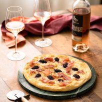 Recette de pizza maison - crème d'artichauts, mûres, mozzarella et prosciuttoa