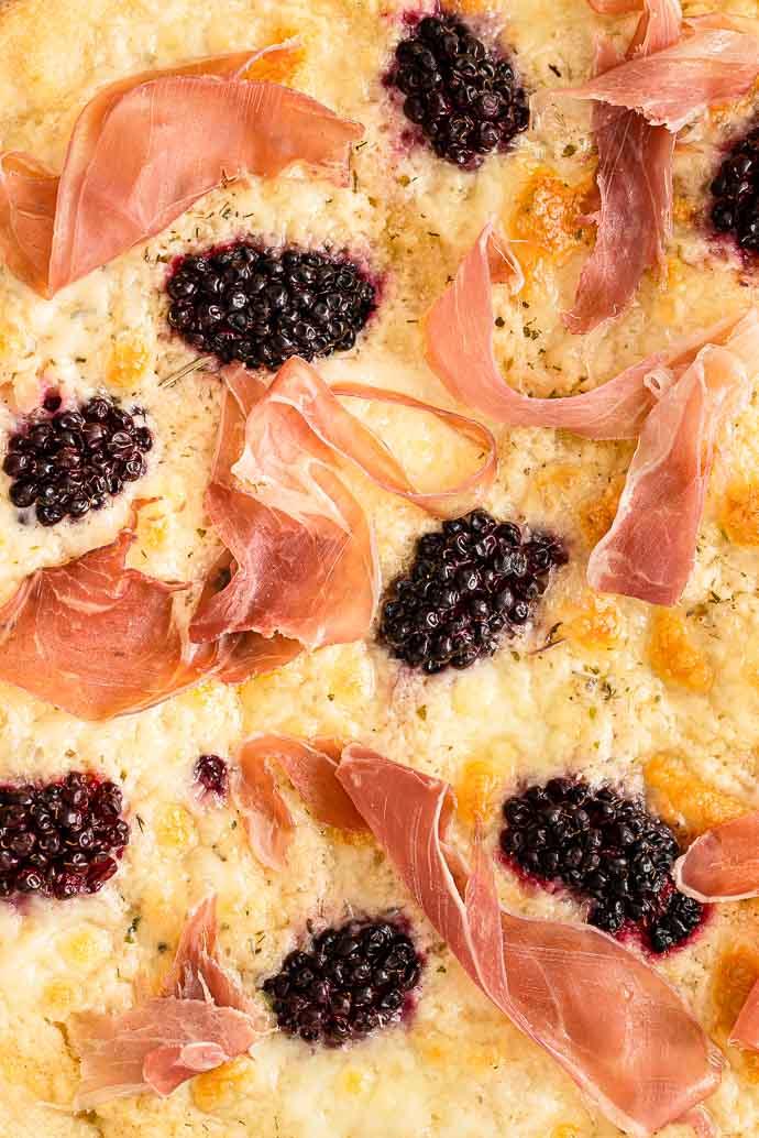 Recette de pizza maison - crème d'artichauts, mûres, mozzarella et prosciutto