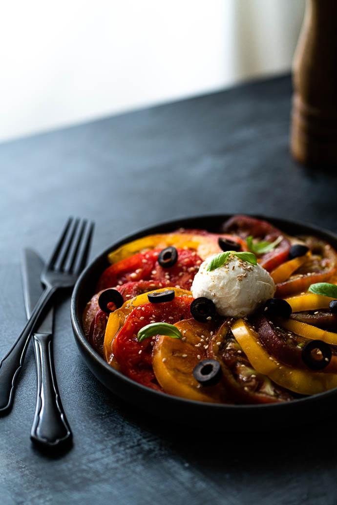 Tomates Marmande - recette de carpaccio de tomates, basilic, mozzarella, sésame et olives