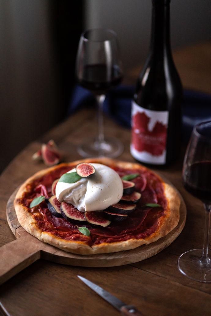 Recette homemade de pizza aux figues, bresaola et burrata - recette faite maison