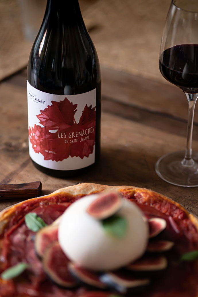 Domaine Saint Amant - Vin Beaumes de Venise rouge - Les Grenaches de Saint Jaume 2019, parfait avec cette pizza à la burrata crémeuse et aux figues