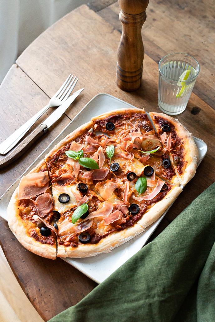 Apprenez à faire votre pizza maison au pesto rosso, prosciutto, mozzarella & olives