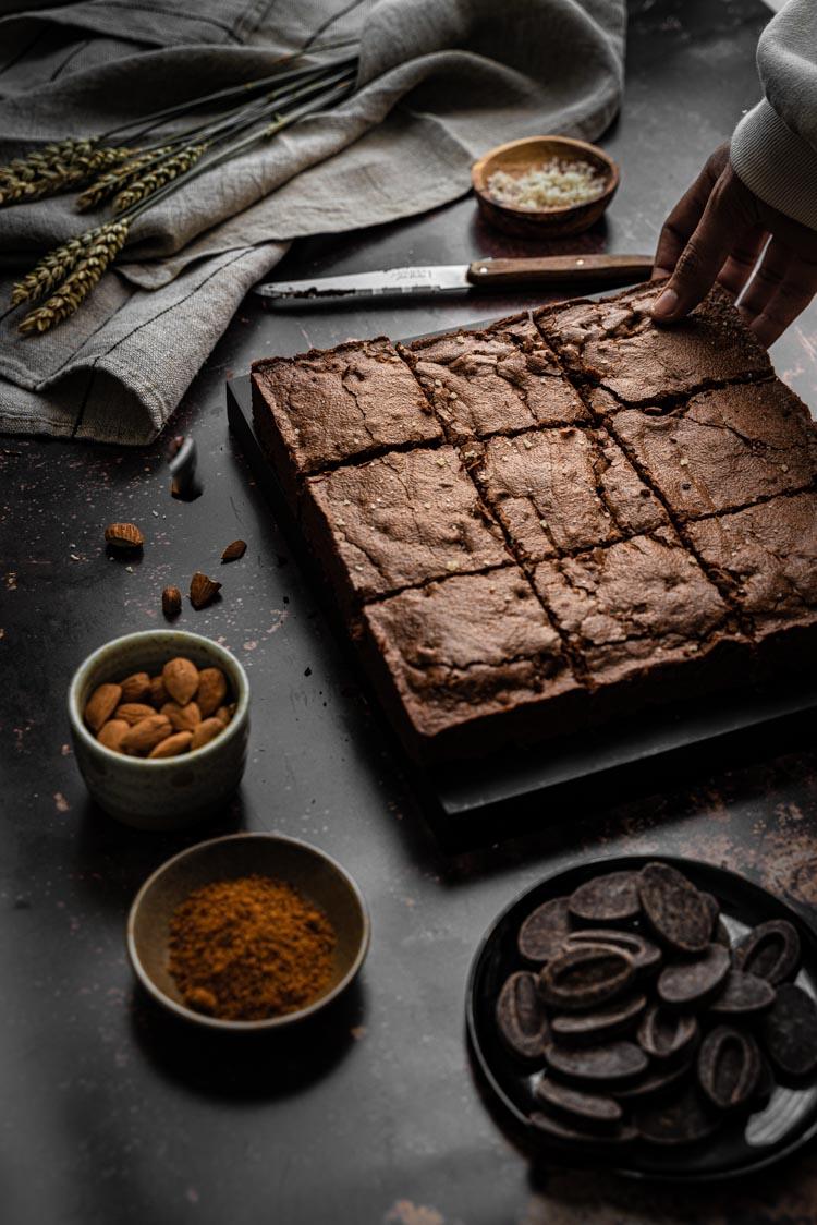 Faire des brownies fondants au chocolat noir, cannelle, noix et amandes