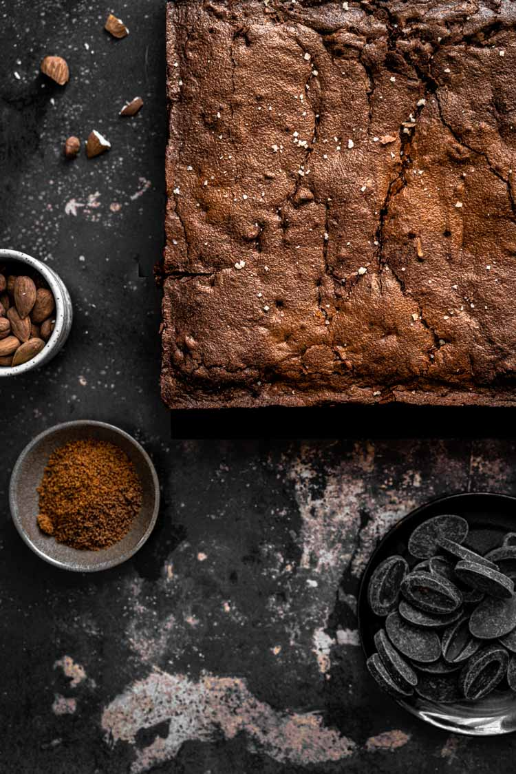 brownies fondants au chocolat noir, cannelle, noix et amandes