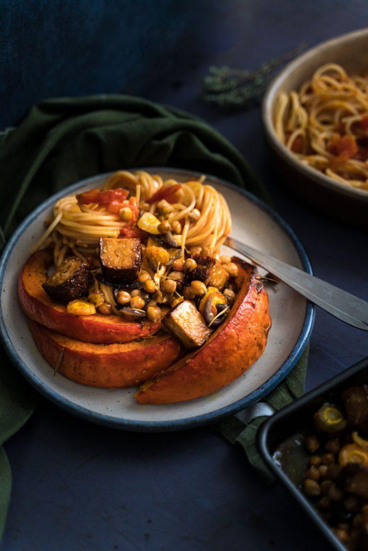 Courge rôtie au four, tofu fumé et ses pâtes à la tomate - recette sans lactose