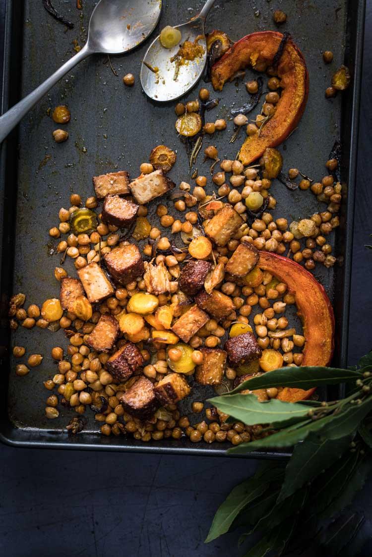 Courge et carottes d'automne rôtis au four, tofu fumé et pois chiches - recette végane