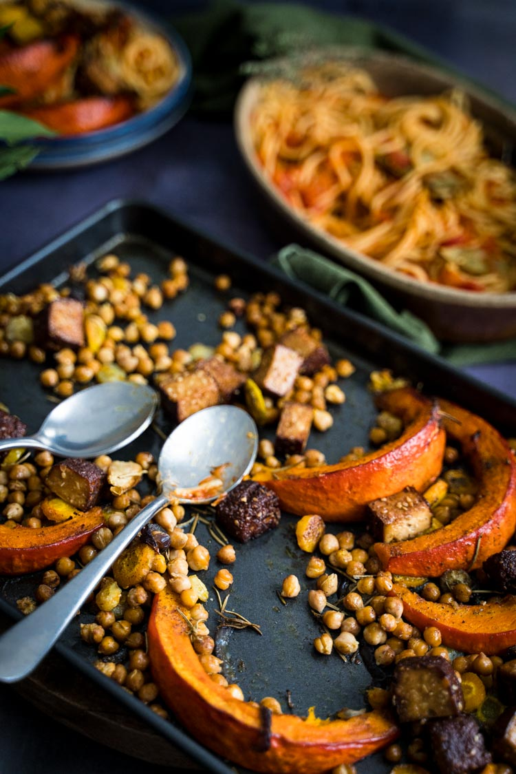 Légumes d'automne rôtis au four, tofu fumé et pois chiches - recette sans lactose