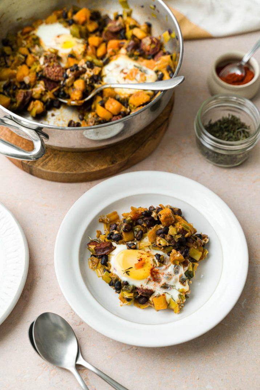 Apprenez à faire un breakfast hash à l'anglaise, avec des butternuts, chorizo et oeuf !