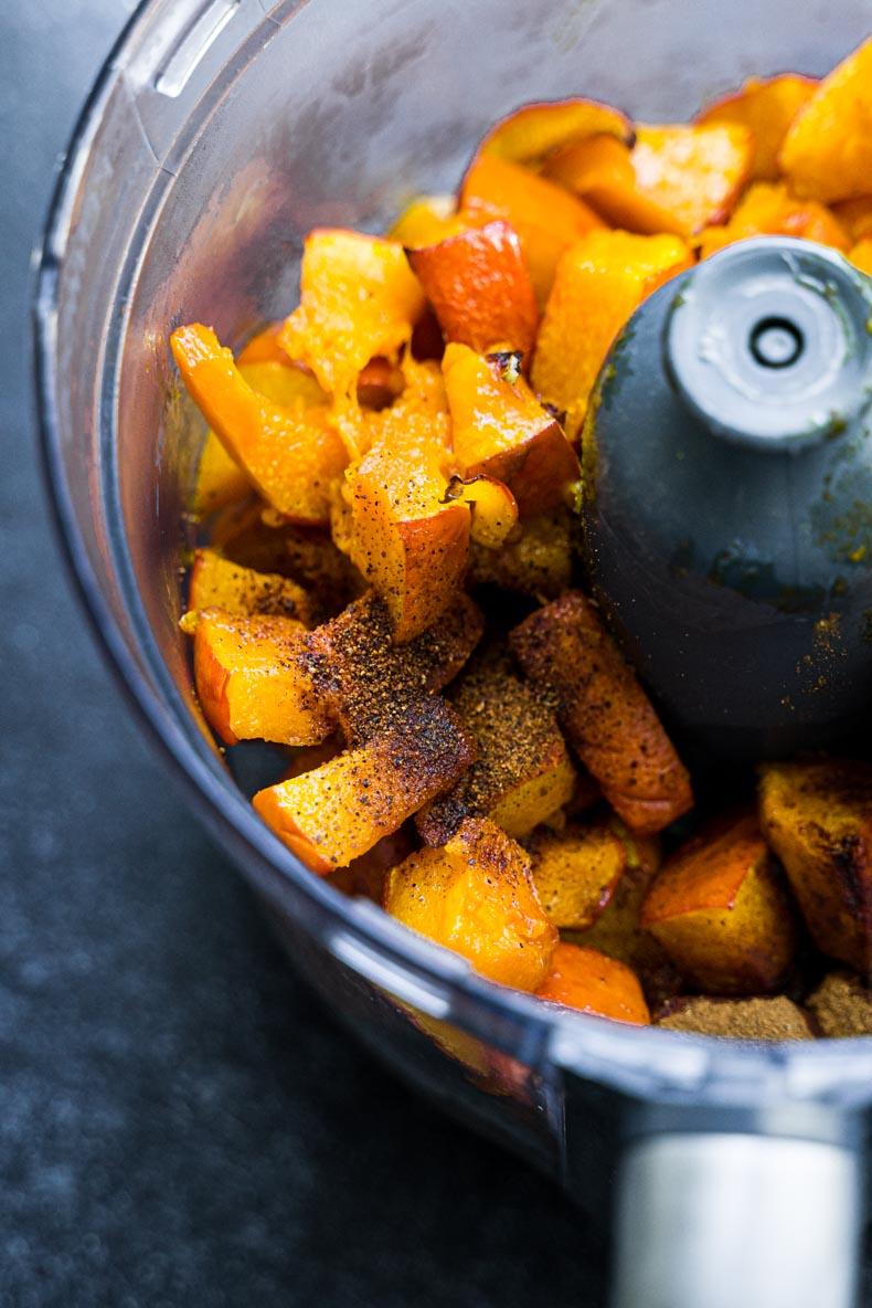 Après avoir rôti votre courge, il faut la mixer avec des épices