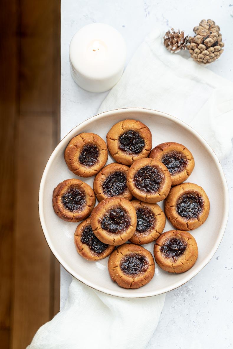 Recette de biscuits végétaliens au beurre de cacahuètes et confiture de figue - facile à faire
