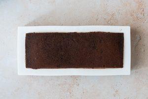 Montage de la bûche chocolat noir, framboises et noisettes - étape 4 dépôt du biscuit au cacao & noisette